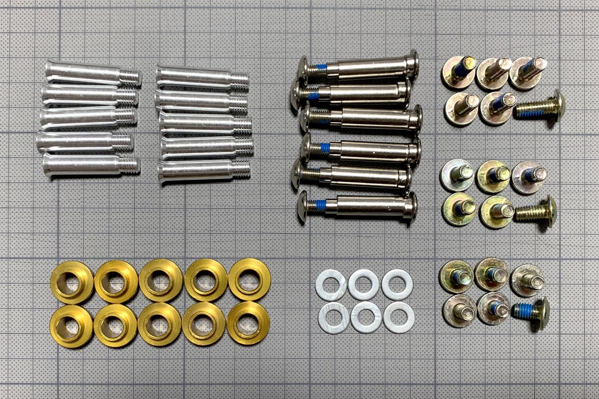 写真2 「Decode Pro 90 Combo」に付属するハードウエア類(シングルシャフト、ロッカリングシャフト、フレーム取付けネジ3種、フレーム取付け用ワッシャー、専用ベアリング用スペーサー)