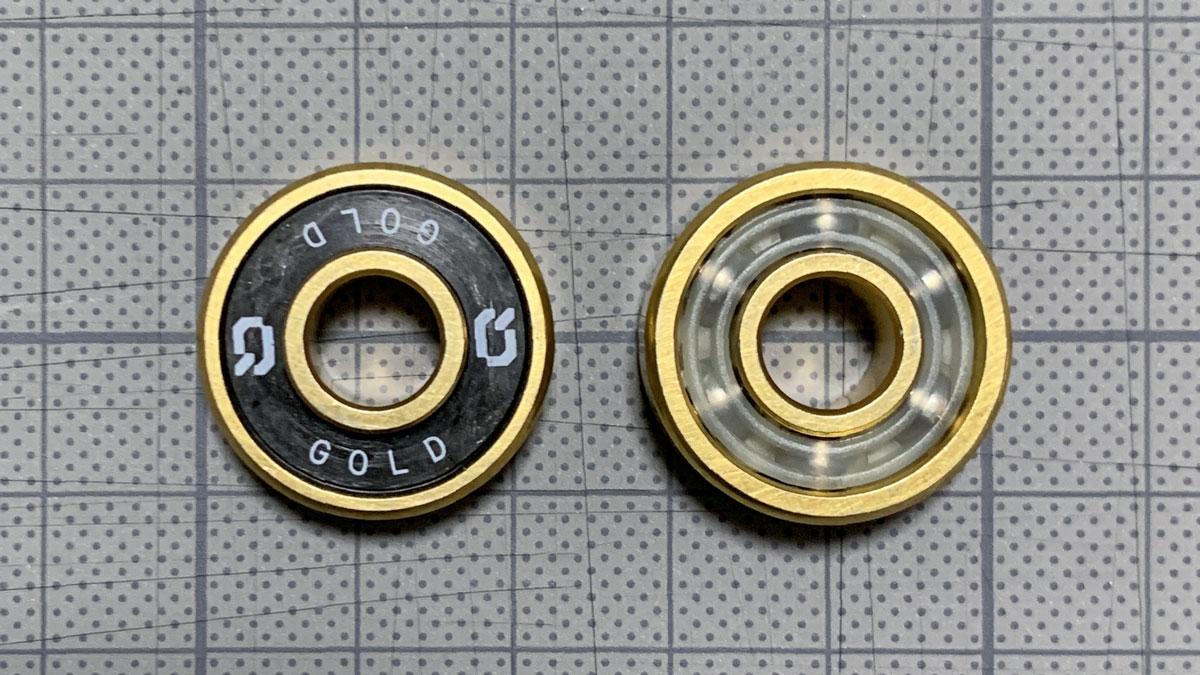 写真4 「Decode GOLD」の表と裏